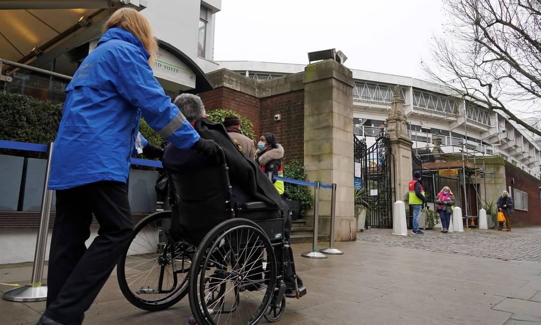 Pessoas chegam para receber uma dose da vacina em um centro de vacinação instalado no Lords Cricket Ground, em Londres Foto: WILLIAM EDWARDS / AFP - 27/01/2021