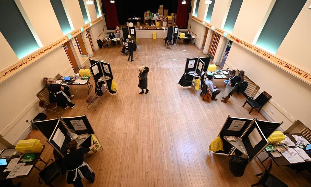 Centro de vacinação contra a Covid-19 instalado no Thornton Little Theatre, administrado pelo Wyre Council, em Thornton-Cleveleys, noroeste da Inglaterra Foto: OLI SCARFF / AFP - 29/01/2021