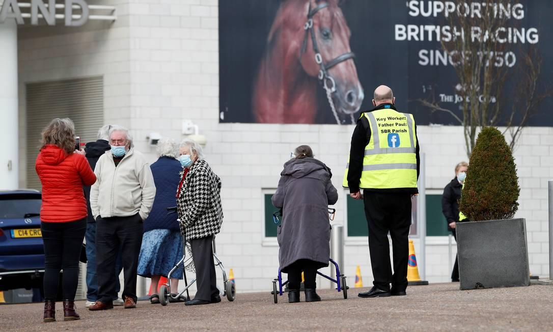 As pessoas chegam ao Epsom Downs Racecourse, na abertura como um centro de vacinação em massa, em Epsom, sul da Inglaterra Foto: ADRIAN DENNIS / AFP - 11/01/2021