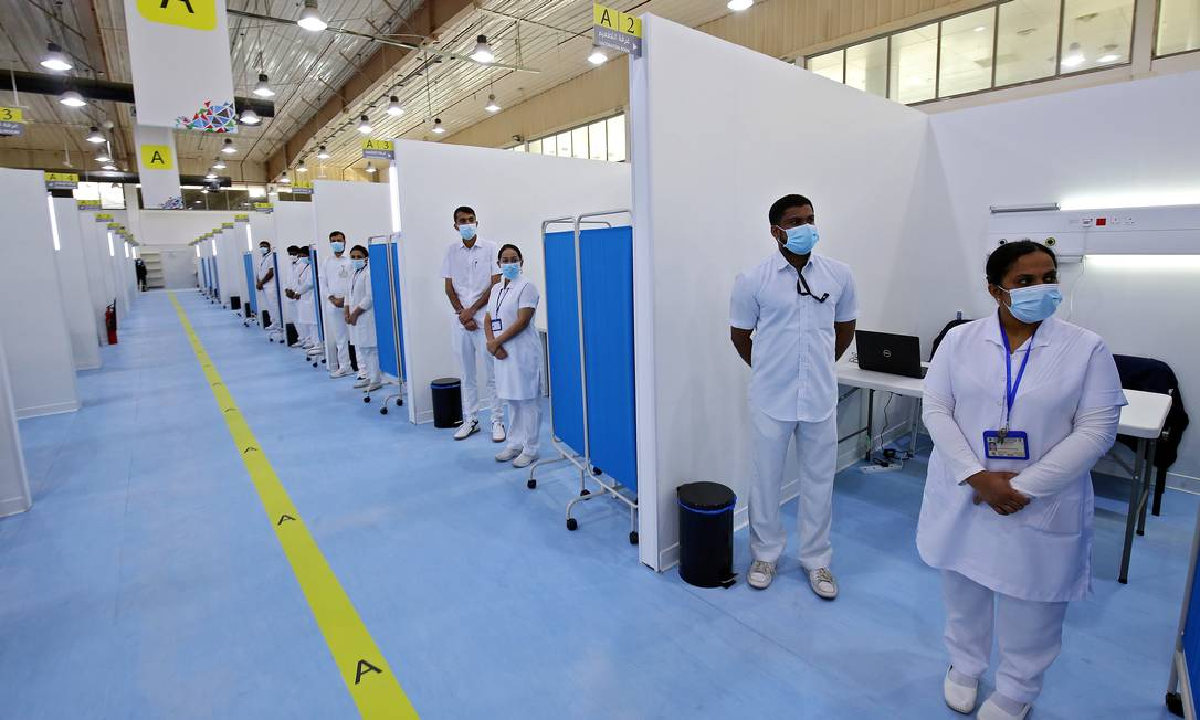 Equipe médica pronta para atendimento no centro de vacinação do Kuwait, no International Fairgrounds, Cidade do Kuwait Foto: YASSER AL-ZAYYAT / AFP 23/12/2020