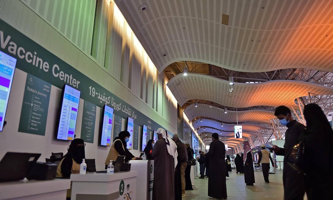 Pessoas se cadastram antes de receber uma dose da vacina contra a Covid-19, no Centro Internacional de Convenções e Exposições de Riyadh, na capital saudita Foto: FAYEZ NURELDINE / AFP - 21/01/2021