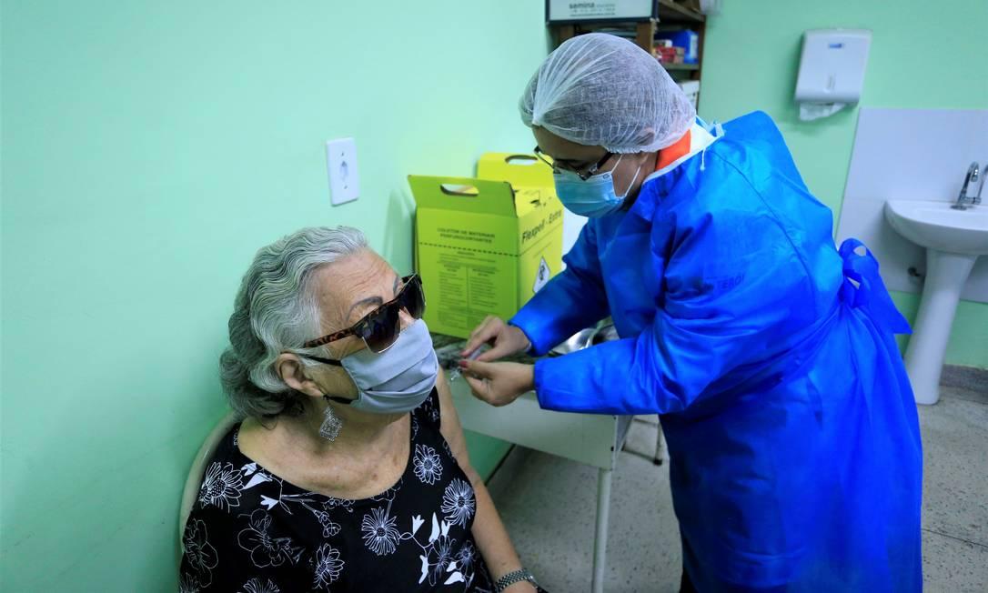 Prioridade: idosa é vacinada em posto de saúde Foto: Divulgação/Douglas Macedo (Prefeitura de Niterói)