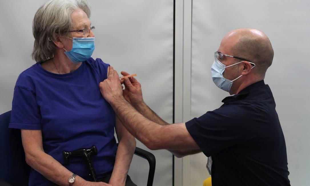 Idosa é vacinada com o imunizante da AstraZeneca/Universidade de Oxford em centro de vacinação improvisado no Corpo de Bombeiros de Basingstoke no Reino Unido Foto: POOL / REUTERS