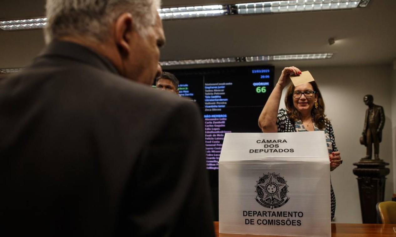 A deputada Bia Kicis vota na eleição para presidente da CCJ, em março de 2019 Foto: Daniel Marenco / Agência O Globo - 13/03/2019