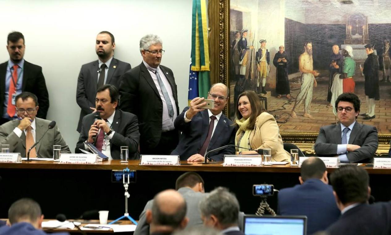 Bia Kicis tira foto ao lado do governador do Rio, Wilson Witzel, durante audiência de custódia na CCJ da Câmara Foto: Jorge William / Agência O Globo - 09/07/2019