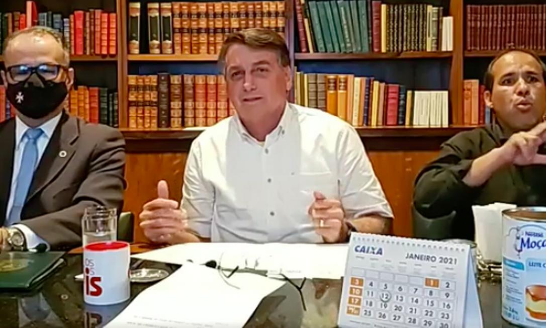 Bolsonaro em live ao lado do presidente da Anvisa, Antonio Barra Foto: Reprodução