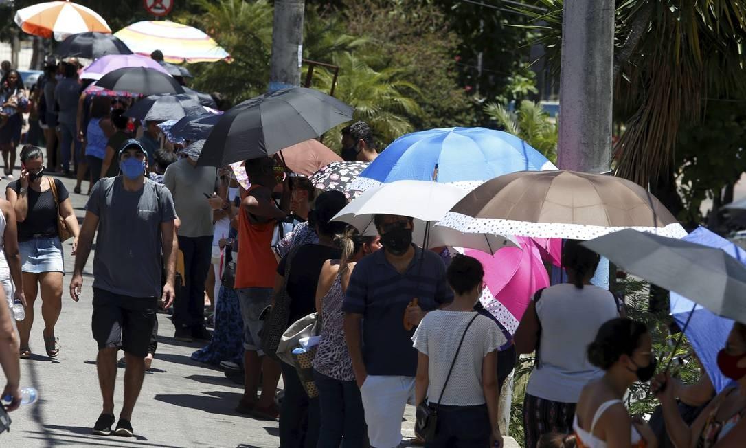 Fila para vacinação em posto de saúde de São Gonçalo nesta quinta-feira Foto: Fabiano Rocha