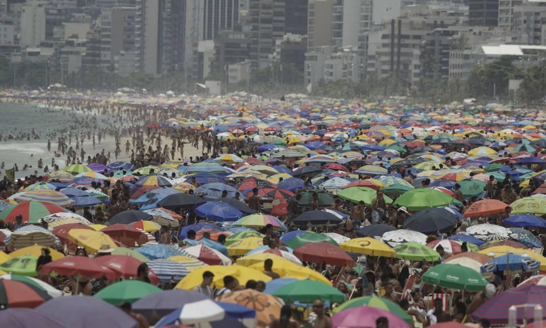 Prefeitura do Rio quer evitar aglomerações como essa, ocorrida na Praia de Ipanema Foto: Márcia Foletto / Agência O Globo / 31-01-2021