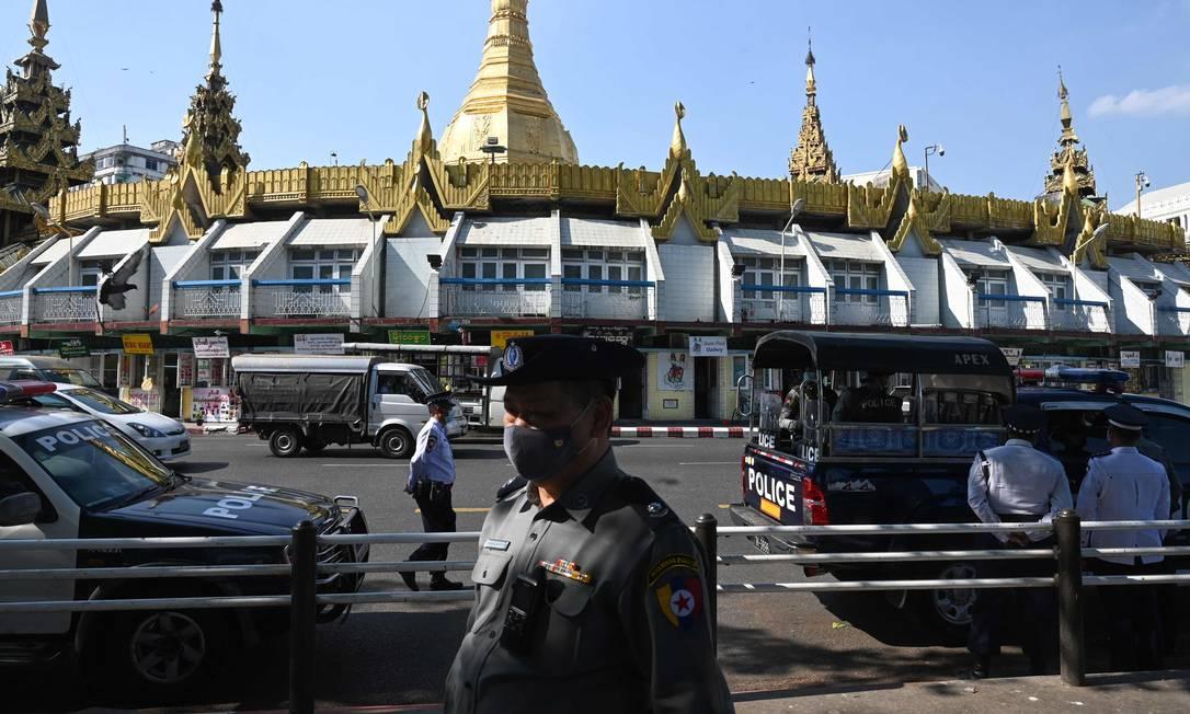 Militares e policiais rondam as ruas de Yangon, em Mianmar, após golpe militar no país Foto: STR / AFP