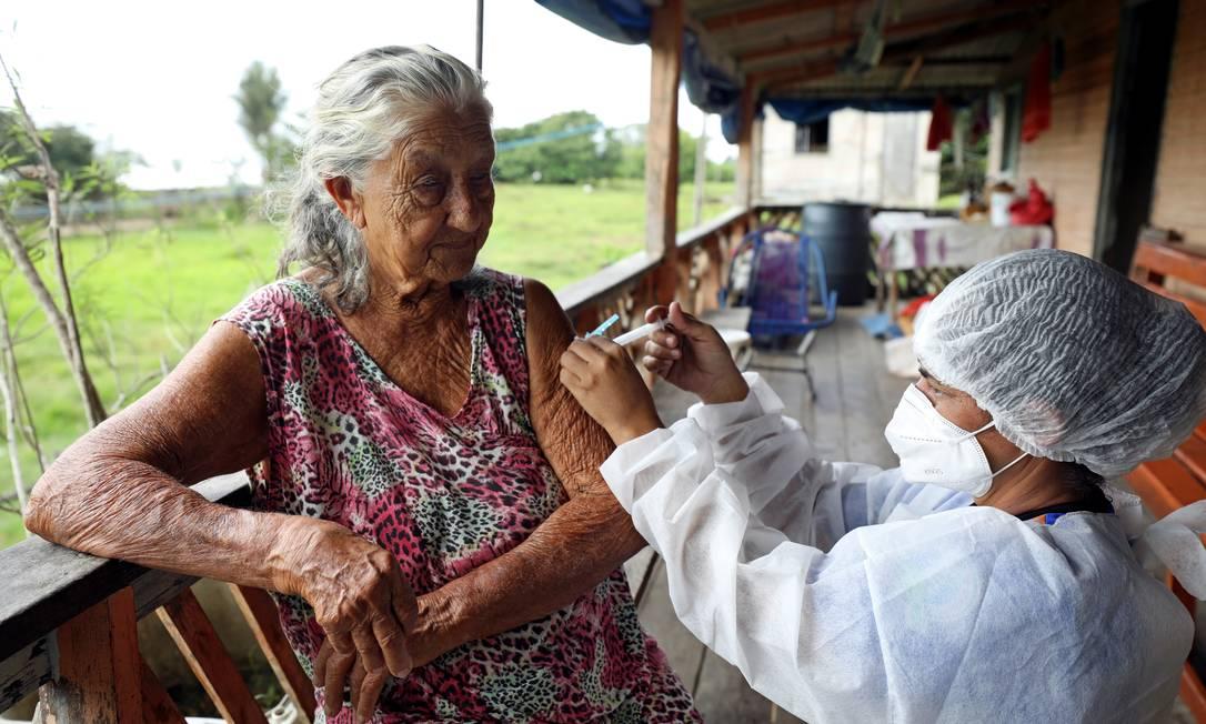 Eronildes da Silva recebe dose de AstraZeneca/Oxford em Manacapuru, Amazonas. Foto: BRUNO KELLY / REUTERS