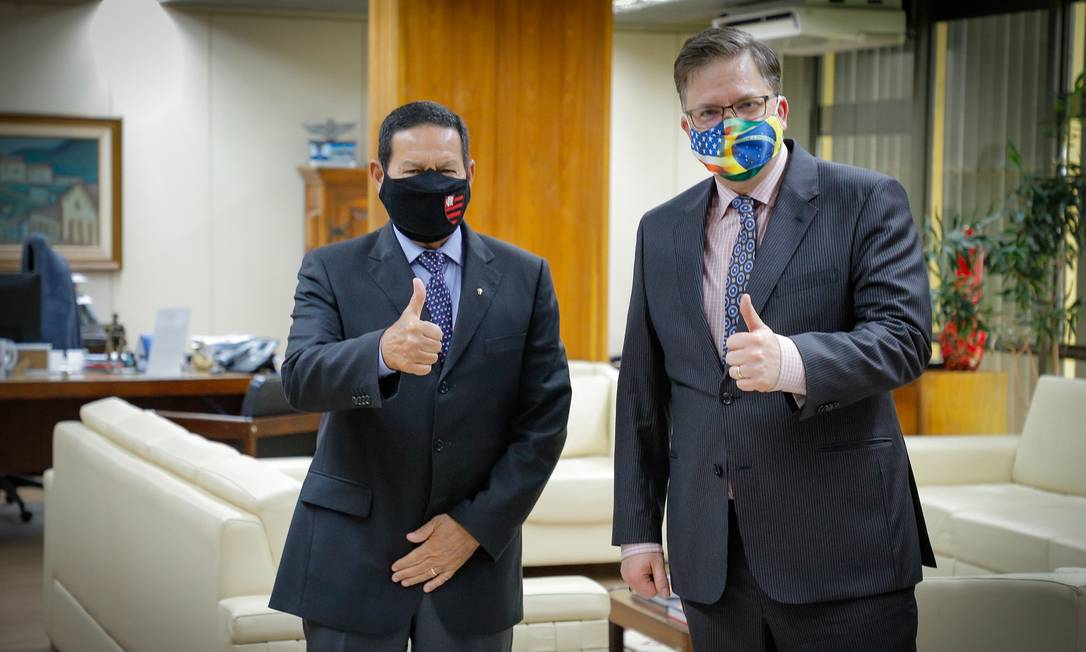 O vice-presidente Hamilton Mourão e o embaixador Todd Chapman Foto: Romério Cunha/Vice-Presidência