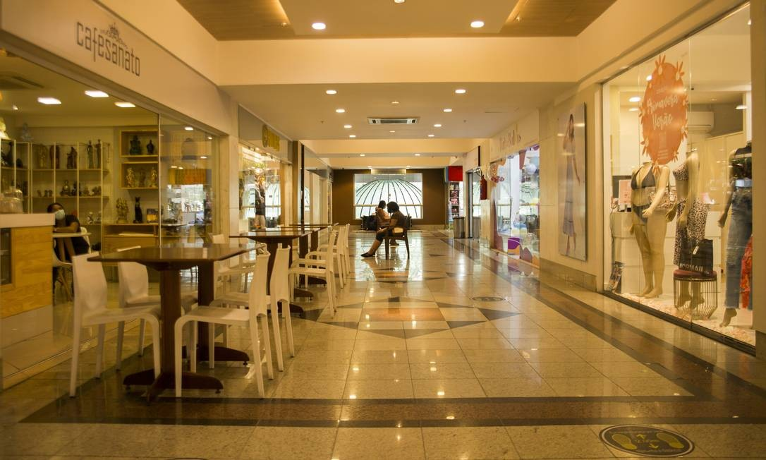 Shopping na Rua Coronel Moreira César, em Icaraí: serviços e comércio perderam juntos 4.927 postos de trabalho no ano passado Foto: Maria Isabel Oliveira / Agência O Globo