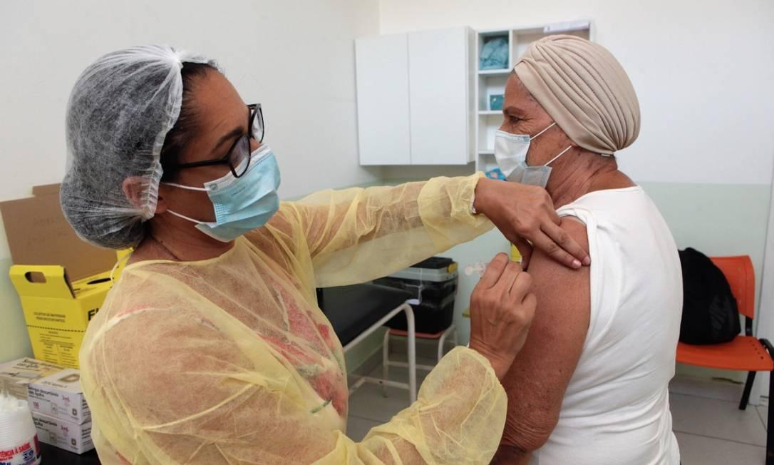 A idosa Norma Avaristo Lopes recebeu a vacina na policlínica do Barreto na última quinta-feira Foto: Divulgação / Berg Silva
