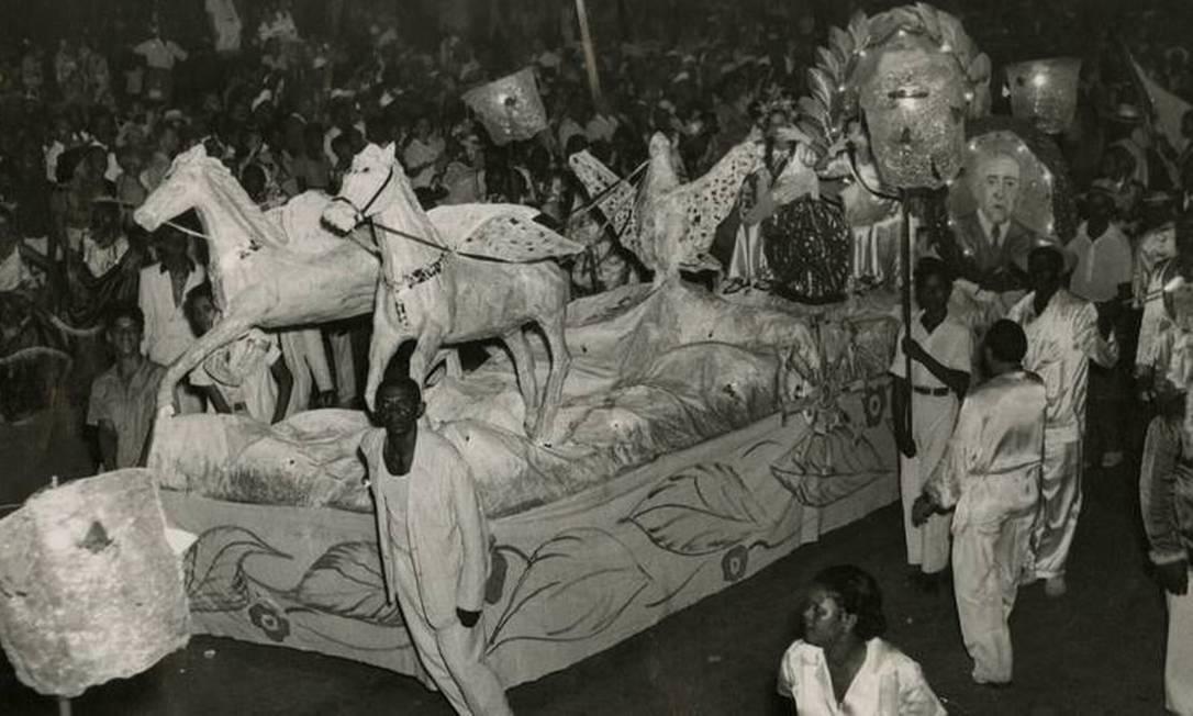 Desfile da escola de samba Depois Eu Digo, em 1948, na Av. Presidente Vargas, que passou a abrigar os desfiles após a demolição da Praça XI Foto: Arquivo - 08.02.1948