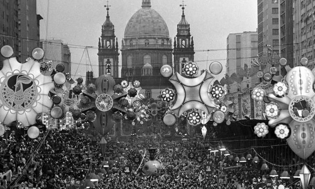 Nostalgia pura: A decoração da Av. Presidente Vargas nos anos 70 Foto: Rubens Seixas / Agência O Globo - 05.03.1973