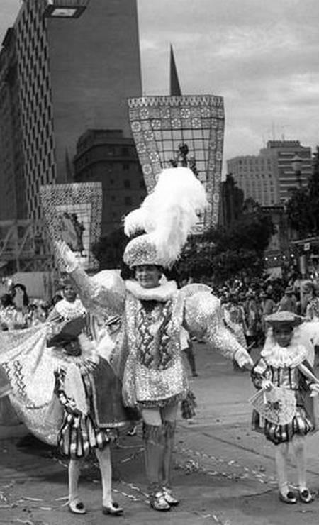 """O desfile em homenagem ao 4º centenário do Rio, em 1965: destaque do Império Serrano, campeão naquele ano, com o enredo """"Os 5 bailes da história do Rio"""" Foto: Arquivo - 28.02.1965"""