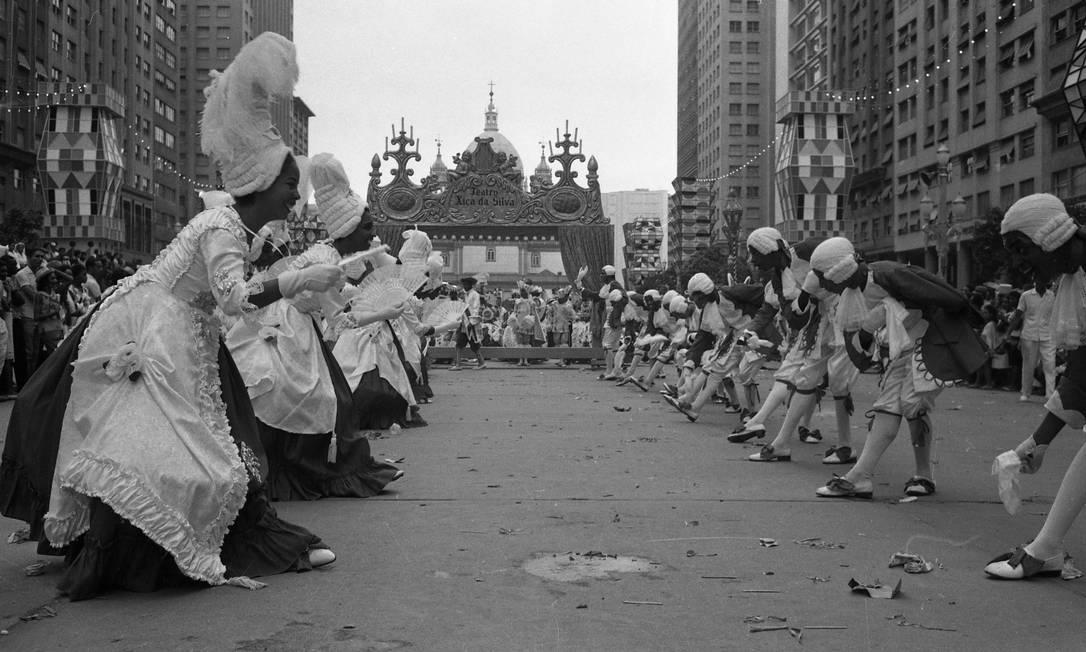 """Ala coreografada do minueto no desfile campeão do Salgueiro com """"Xica da Silva"""", em 1963 Foto: Arquivo - 25.02.1963"""