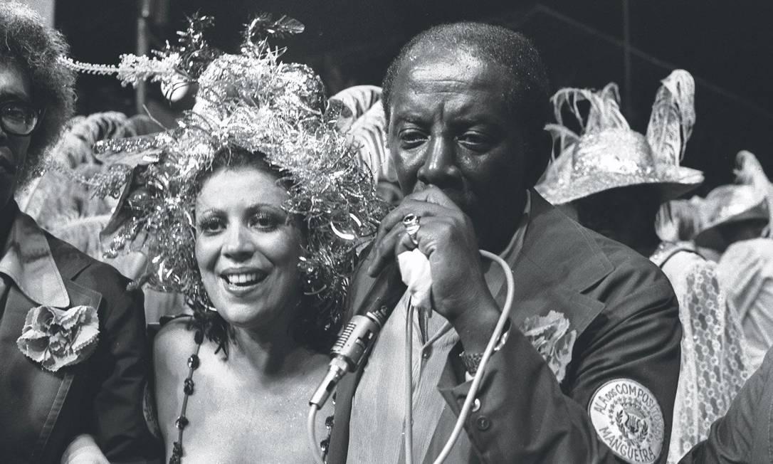 Beth Carvalho e Jamelão no desfile de 1975 da Mangueira Foto: Sebastião Marinho / Agência O Globo - 10.02.1975
