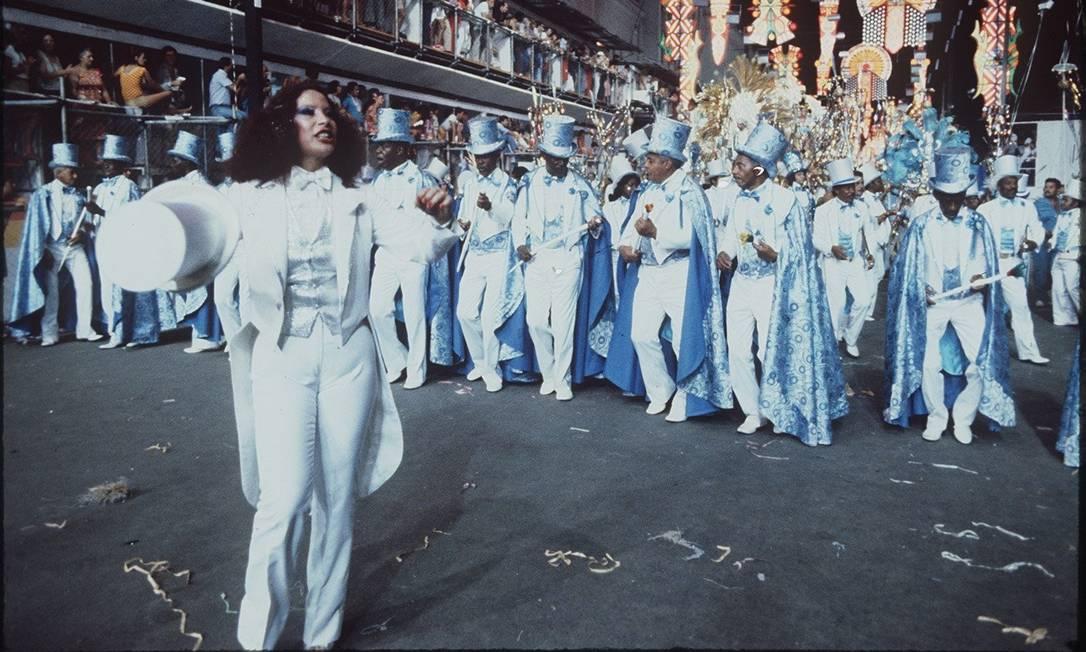 Clara Nunes desfile junto com a velha guarda na comissão de frente da Portela, em 1980: a escola foi uma das campeãs Foto: Luiz Pinto / Agência O Globo - 17.02.1980