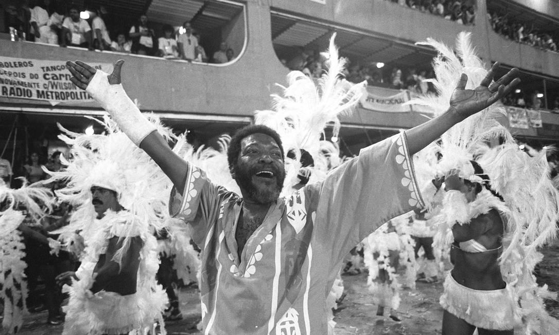 """Autor do enredo """"Kizomba"""", Martinho vibra num dos maiores desfiles da história do carnaval, no 1º título da Vila Foto: Jorge William / Agência O Globo - 16.02.1988"""