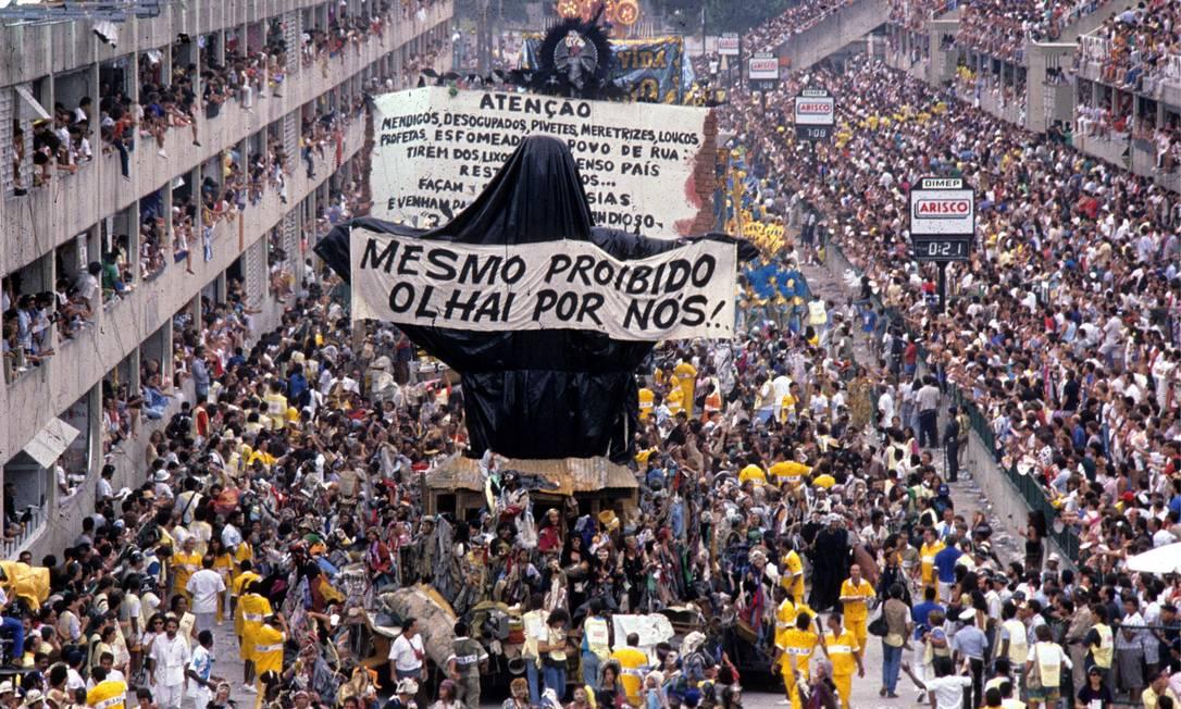 """O Cristo censurado passa pela Avenida com a faixa """"Mesmo proibido, olhar por nós"""". O carnaval """"Ratos e urubus"""", de 89, é considerado pelos críticos como o maior da história. Foto: Ricardo Leoni / Agência O Globo - 07.02.1989"""