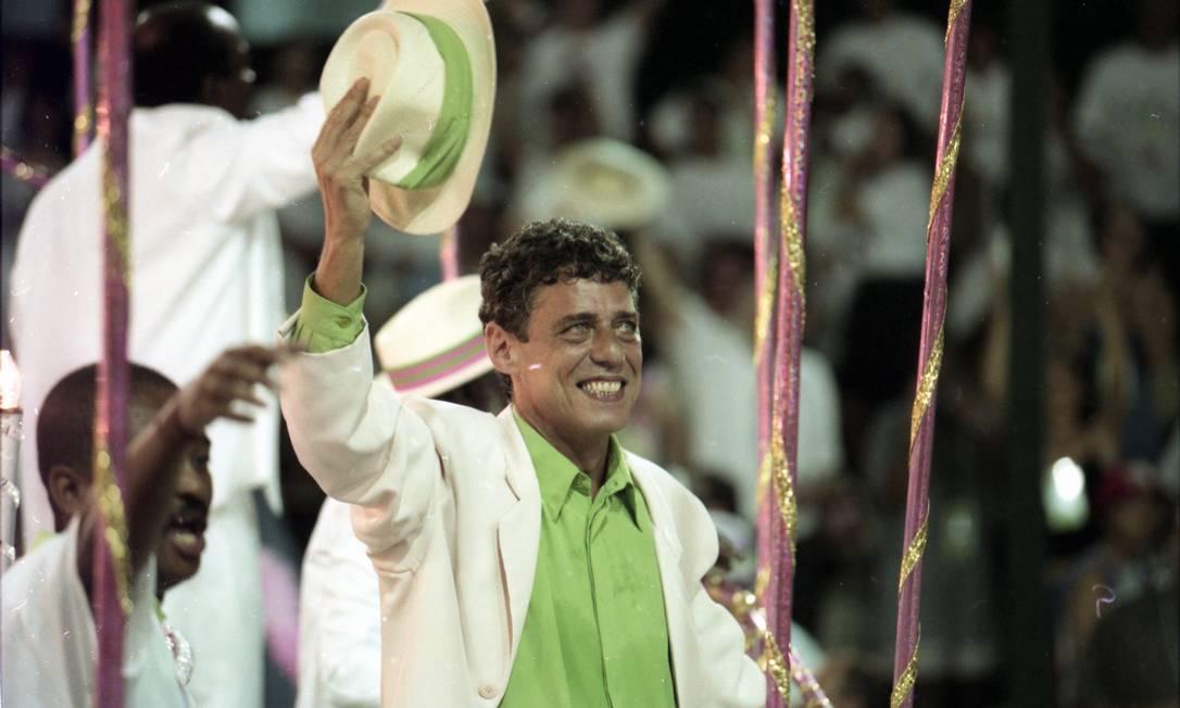 Homenageado, o pé-quente Chico Buarque desfilou em 1998 como enredo da Mangueira: campeões Foto: Ivo Gonzalez / Agência O Globo - 23.02.1998