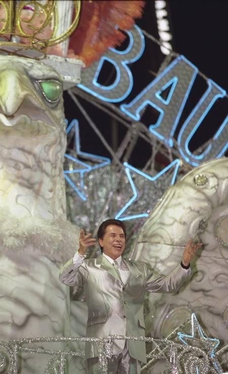 Silvio Santos vem aí! E ele apareceu: o apresentador do SBT foi o grande homenageado da Tradição em 2001 Foto: Marcelo Sayão / Agência O Globo - 25.02.2001
