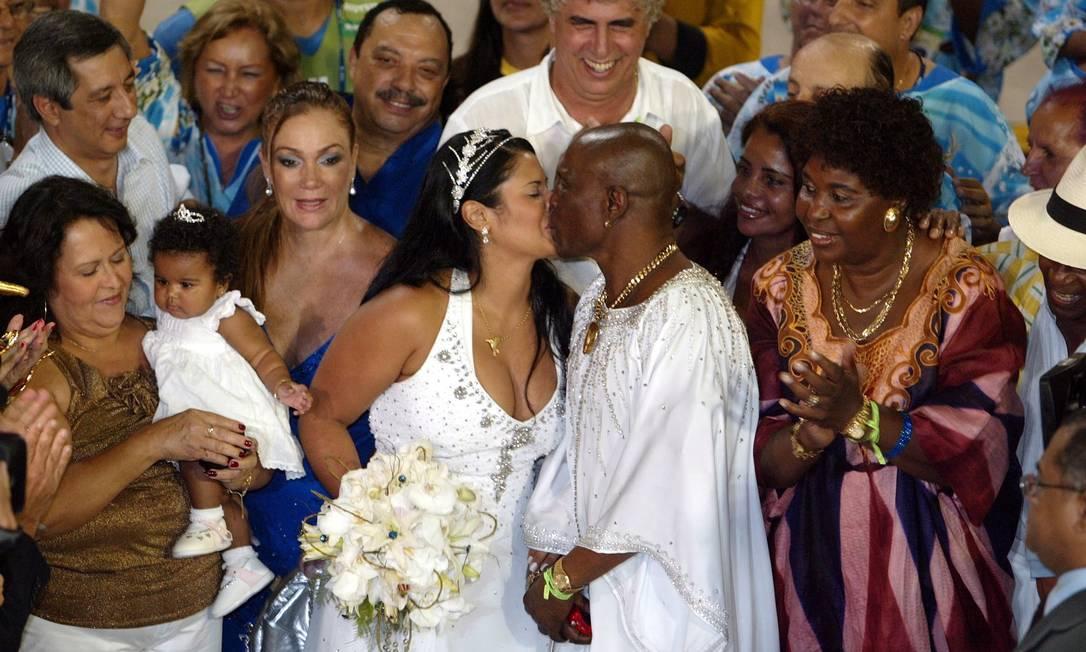 Neguinho da Beija Flor virou noivo em plena Sapucaí ao se casar com Elaine Reis. O puxador ainda tratava um câncer na época Foto: Pablo Jacob / Agência O Globo - 22.02.2009