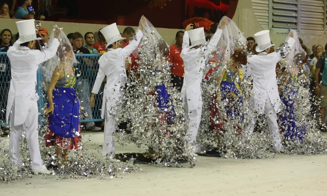 Quem não se lembra do truque de mágica da comissão de frente da Tijuca em 2010... A escola e Paulo Barros se sagraram campeões naquele ano Foto: Alexandre Cassiano / Agência O Globo - 14.02.2010