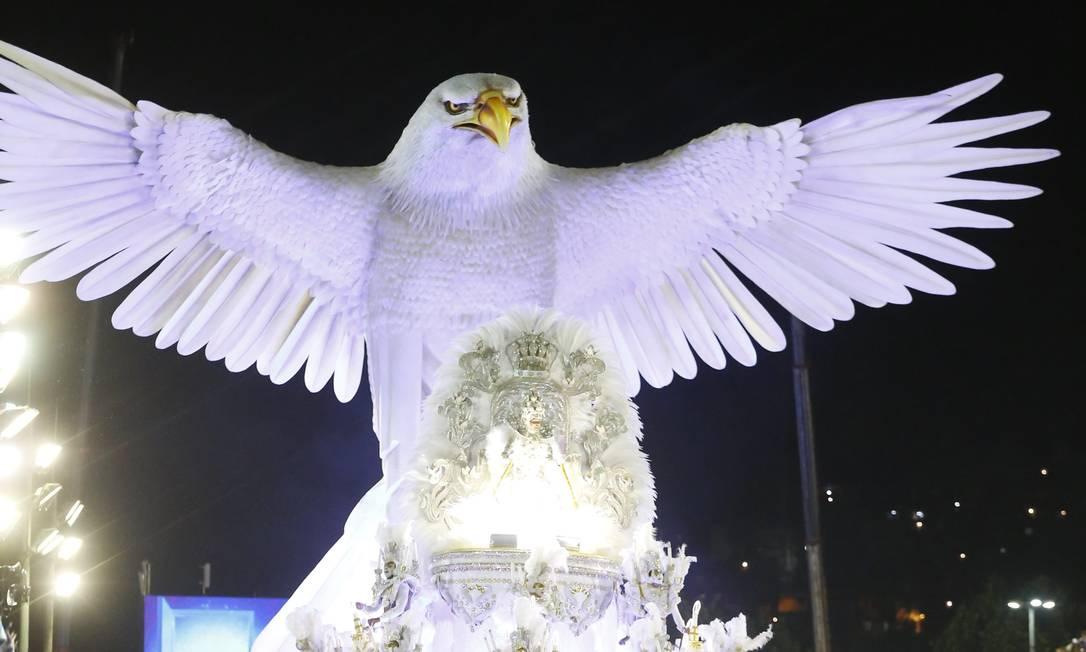 """Com 15m de altura a """"Águia-redentora"""" da Portela foi a grande imagem do carnaval de 2015. Linda! Foto: Fábio Seixo / Agência O Globo - 16.02.2015"""