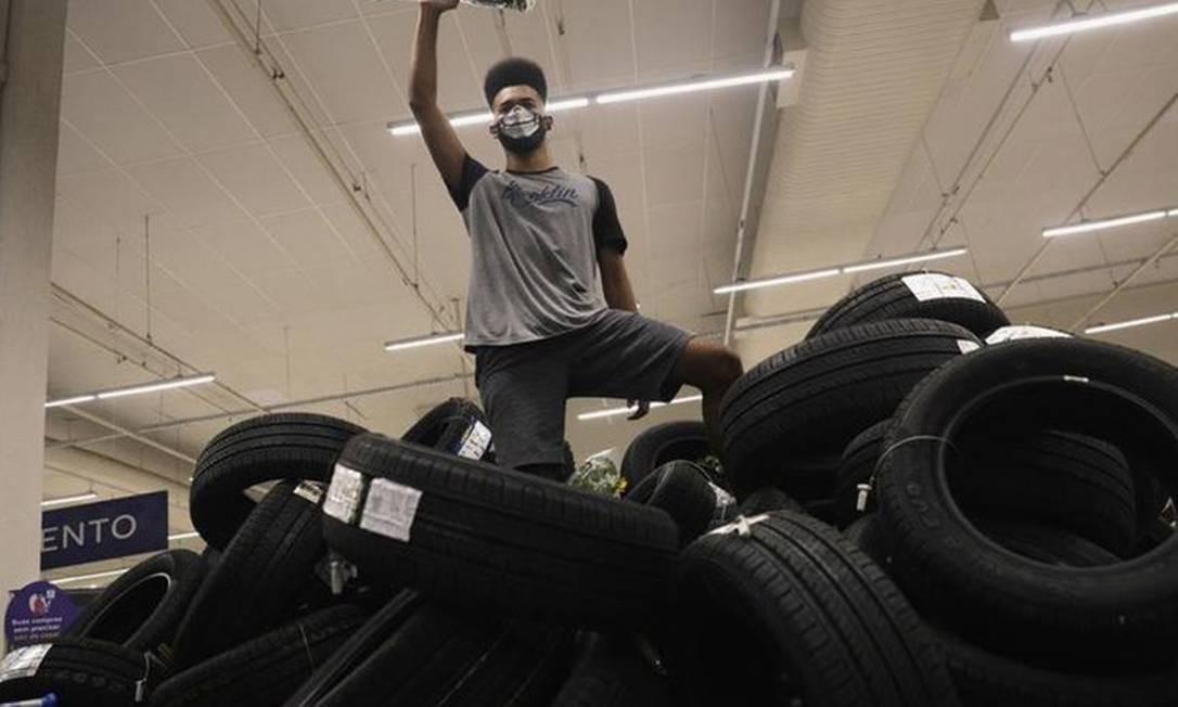 Manifestante em Carrefour do Rio em 20 de novembro: ação 'corporativa, comunicativa e midiática' Foto: Reuters