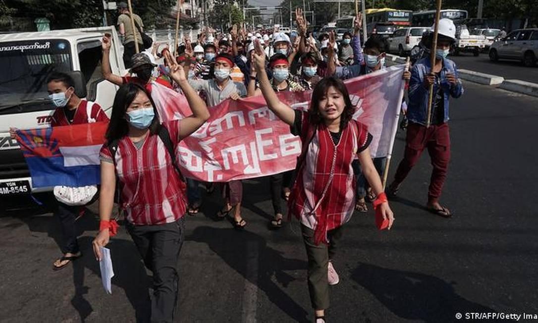 Protesto nas ruas de Yangon, maior cidade do país, condenou o golpe e pediu a libertação da líder deposta Foto: Getty Images