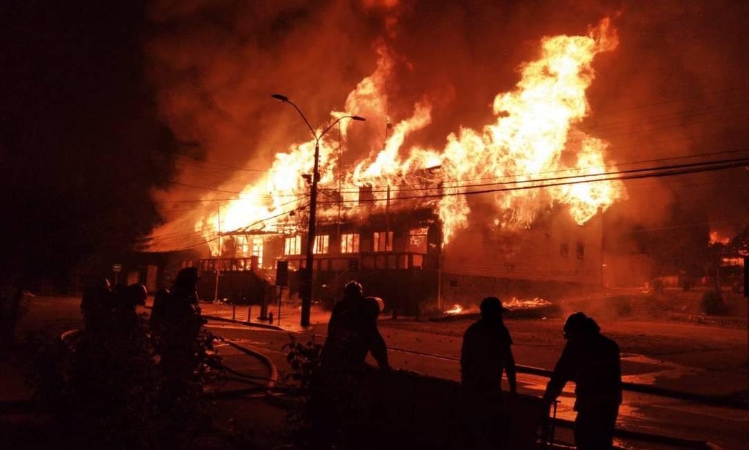 A prefeitura de Panquipulli foi incendiada pelos manifestantes, após a morte de um artista de rua da cidade por um policial, nessa sexta-feira 5 de fevereiro de 2021 Foto: ALICIA CACECERES / AFP