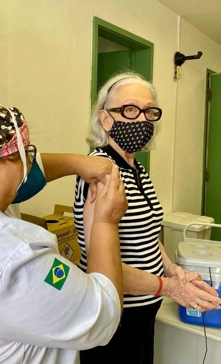 Fernanda Montenegro recebendo vacina contra Covid-19 Foto: Carmen Mello para Ancelmo Gois