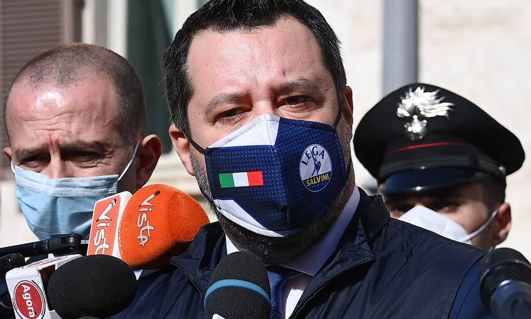 Matteo Salvini, líder do partido de extrema direita Liga, fala com repórteres após encontro com ex-presidente do Banco Central Europeu Mario Draghi, que tenta formar novo governo na Itália Foto: VINCENZO PINTO / AFP