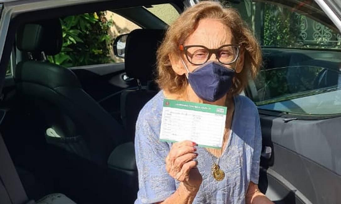 Aos 90 anos, a cantora foi a um posto em Copacabana, no Rio, com a bandeira do Brasil tomar a primeira dose da vacina Foto: Divulgação