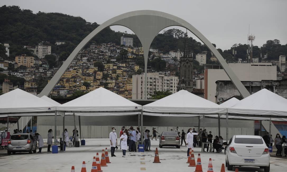 Sambódromo foi um dos locais com pontos drive thru Foto: Gabriel de Paiva / Agência O Globo