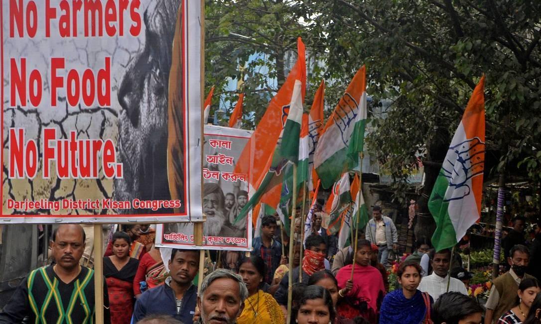Indianos protestam contra reformas agrícolas do governo, na cidade de Siliguri, na Índia Foto: DIPTENDU DUTTA / AFP