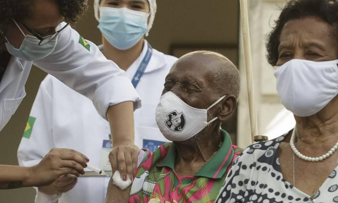 Com máscara do Vasco da Gama e camisa da Mangueira, o sambista Nelson Sargento, de 96 anos, foi vacinado em cerimônia organizada pela prefeitura do Rio para marcar o início da vacinação em idosos Foto: Márcia Foletto / Agência O Globo