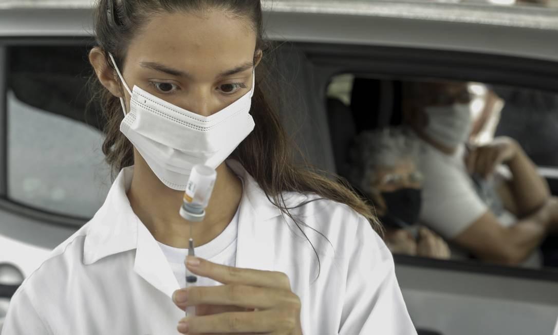 Idosa aguarda vacina a bordo de carro em drive thru montado na Marquês de Sapucaí, no Centro do Rio Foto: Gabriel de Paiva / Agência O Globo
