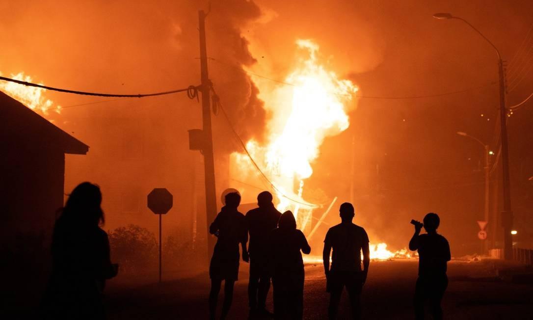 Prédio público queima durante um protesto depois que um policial matou um malabarista de rua em plena luz do dia em Panguipulli. Foto: STRINGER / REUTERS