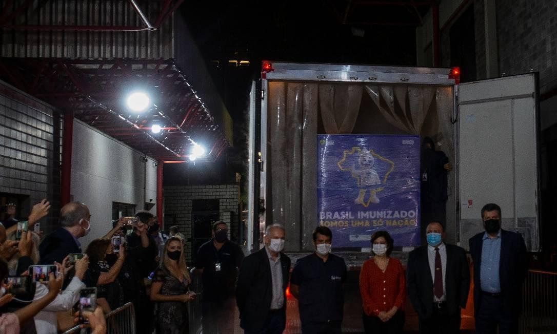 Autoridades posam para foto em chegada de caminhão com ingrediente ativo para vacina contra Covid-19 na Fiocruz Foto: Antonio Scorza / Agencia O Globo