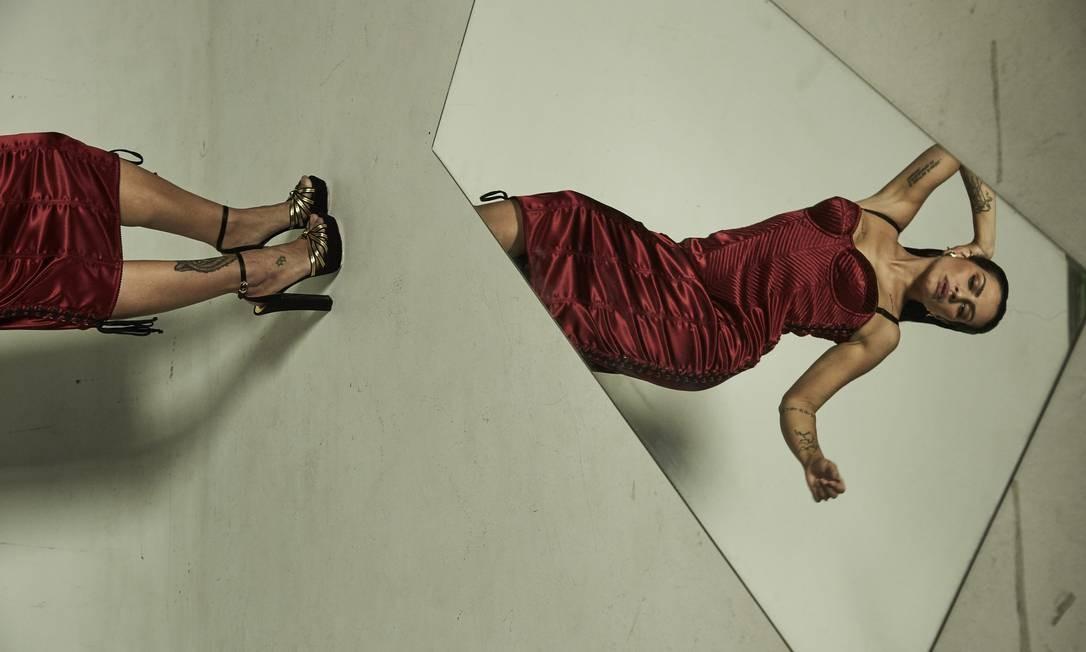 Vestido e sandália, ambos Dolce & Gabbana Foto: Fe Pinheiro / Fe Pinheiro