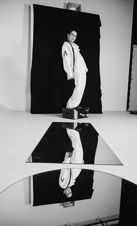 Blazer, calça e sapatos, tudo Juliana Jabour e camisa Louis Vuitton Foto: Fe Pinheiro / Fe Pinheiro