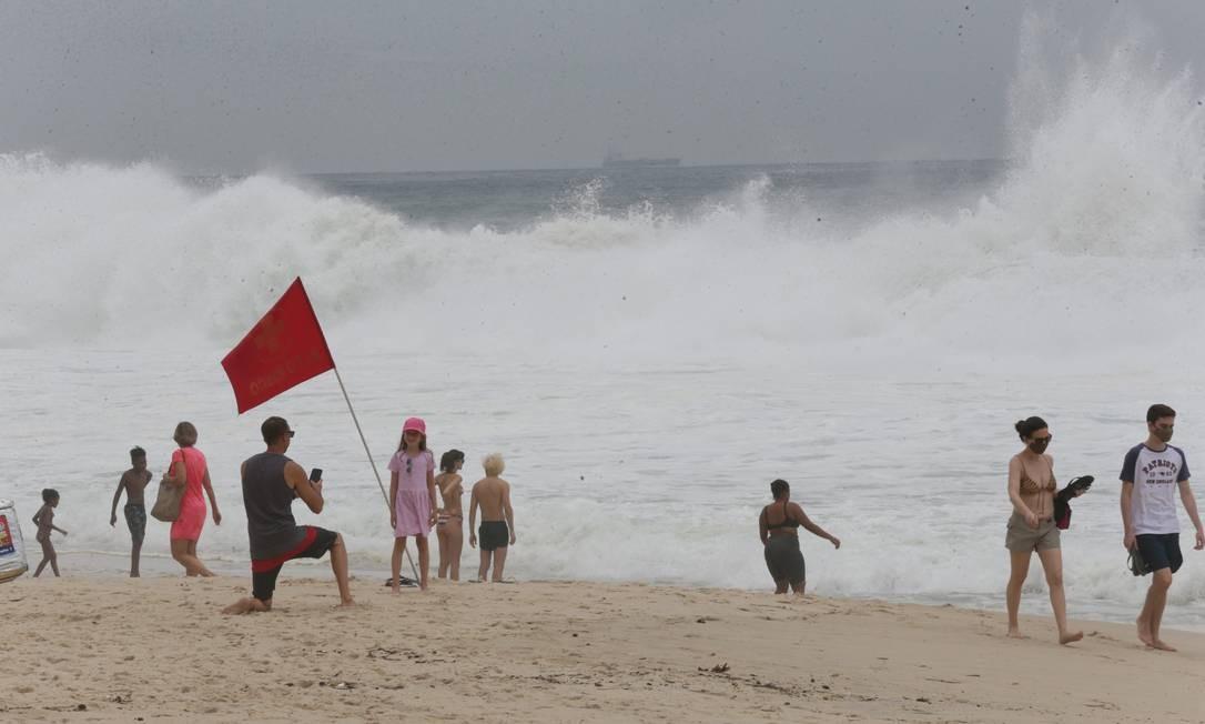 Ressaca na Praia do Leblon, altura do Posto 11 Foto: Cléber Júnior / Agência O Globo