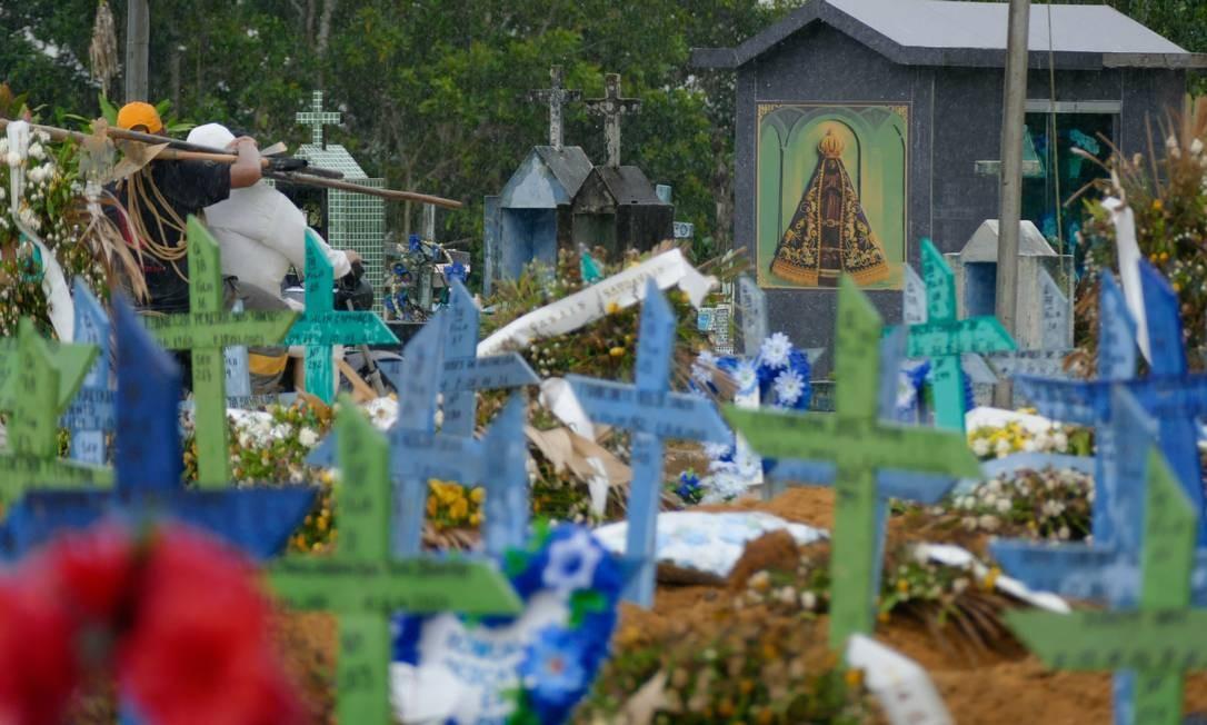 Enterros de vítimas da Covid-19 no cemitério Nossa Senhora Aparecida, em Manaus (AM) Foto: Fotoarena / Agência O Globo