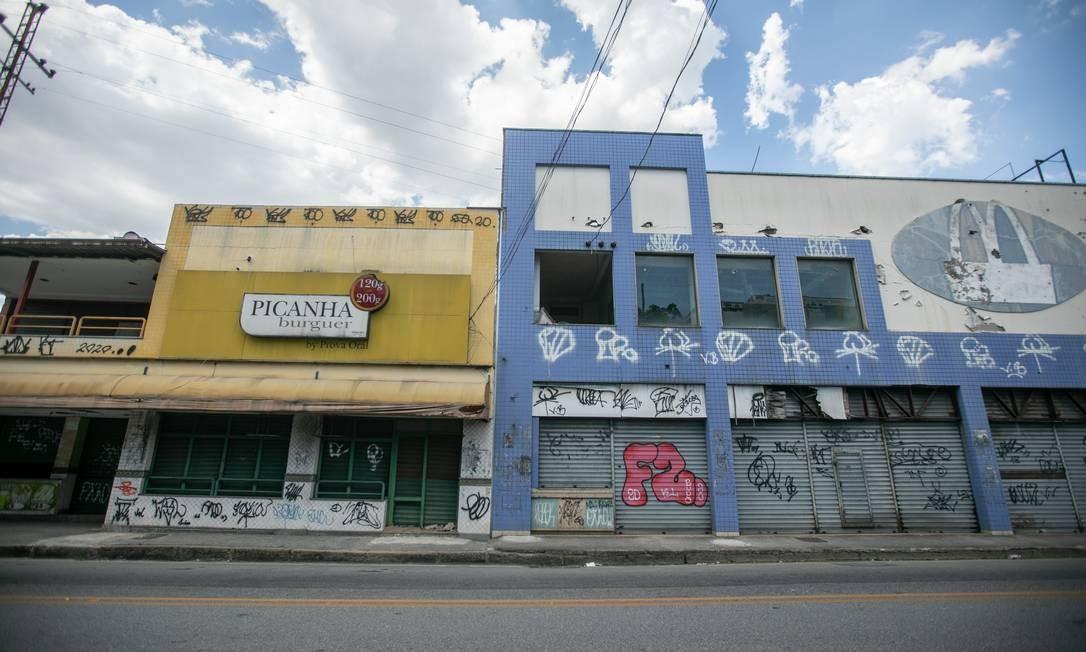"""Apesar da boa malha urbana da Zona Norte, a Rua Manoel Vitorino, em Piedade, tem trechos esvaziados em que parece uma via """"fantasma"""" Foto: Brenno Carvalho / Agência O Globo"""
