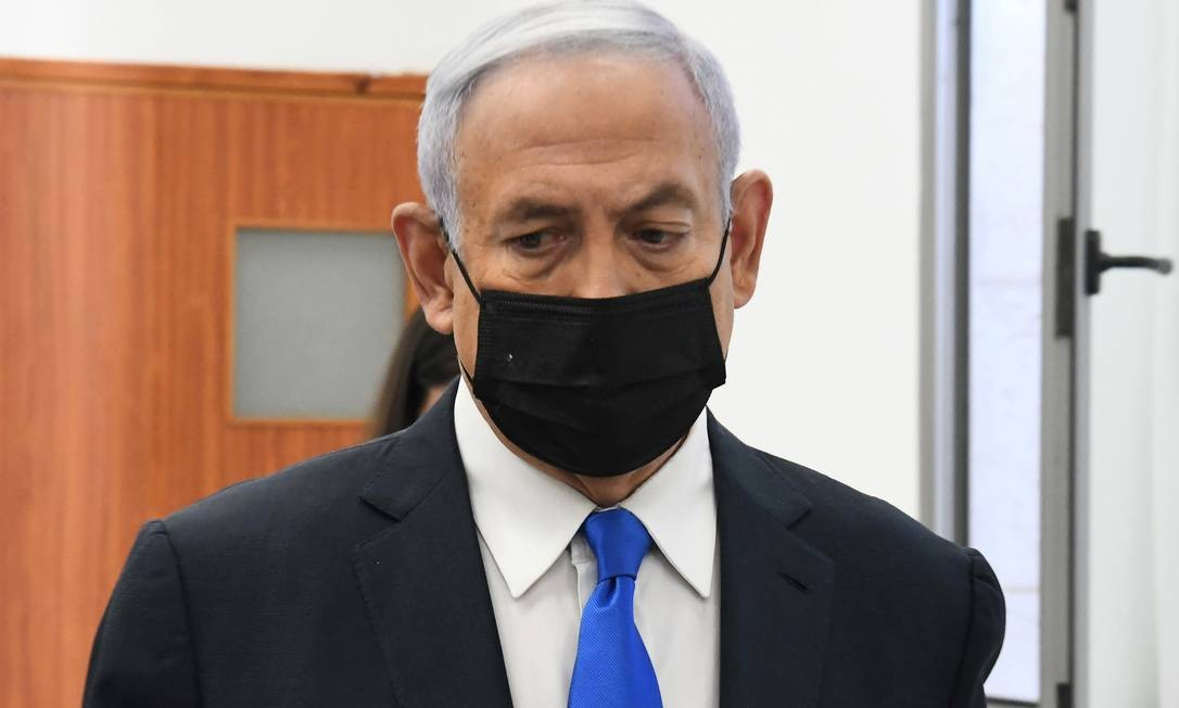 Primeiro-ministro de Israel, Benjamin Netanyahu, em audiência que retomou seu julgamento após dez meses que foi aberto Foto: POOL / REUTERS