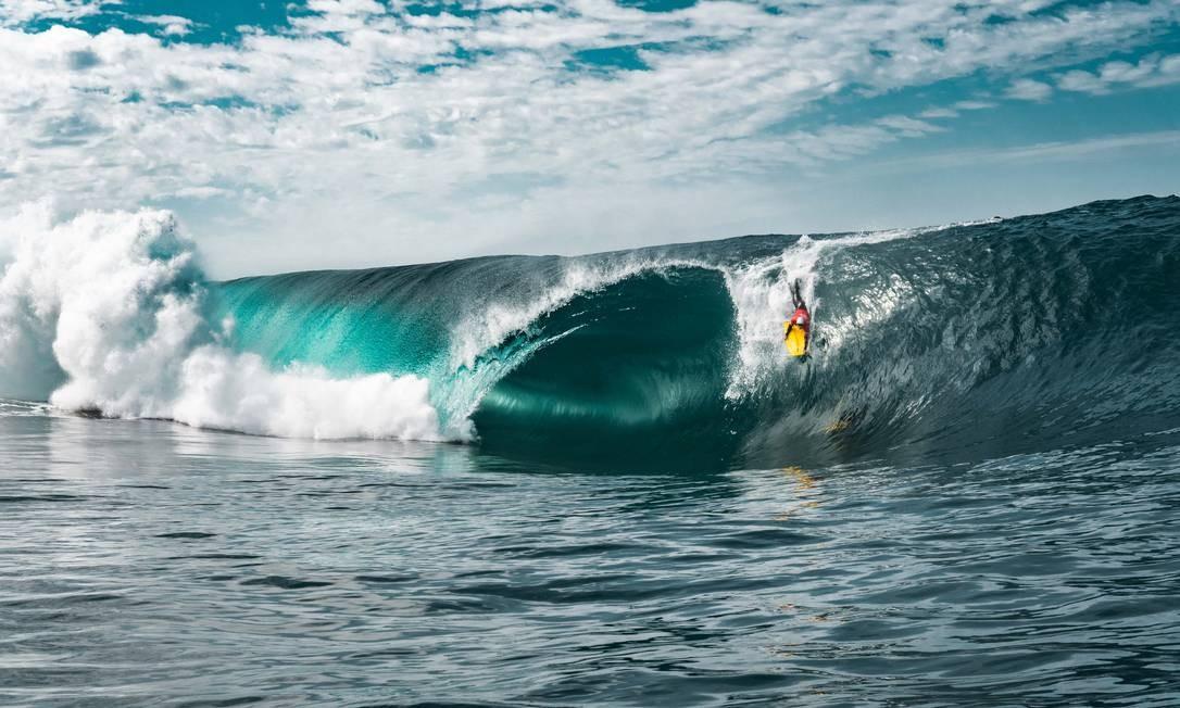 Eric Poseidon na Laje do Gardenal, uma onda que quebra para a esquerda sobre um raso fundo de pedras na Barra da Tijuca Foto: Affonso Dalle/Divulgação