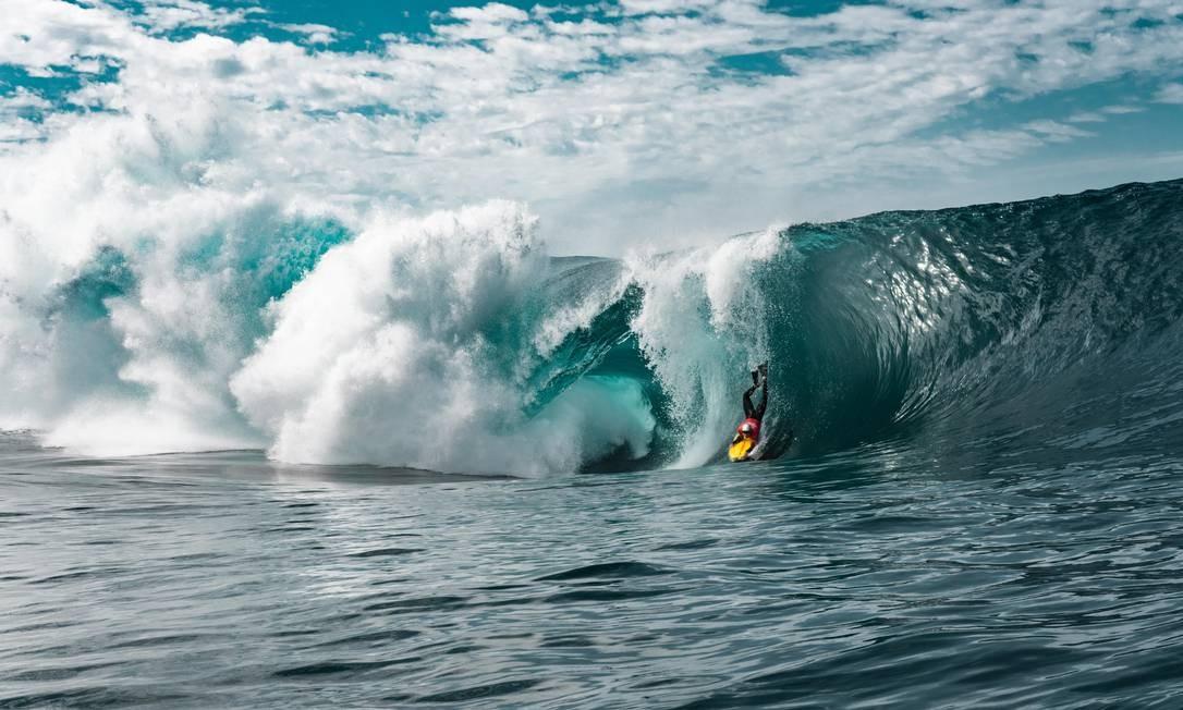"""Eric Poseidon na Laje do Gardenal. Surfistas profissionais aproveitaram condições pouco comuns no verão para treinarem em ondas que passam meses """"adormecidas"""" Foto: Affonso Dalle/Divulgação"""